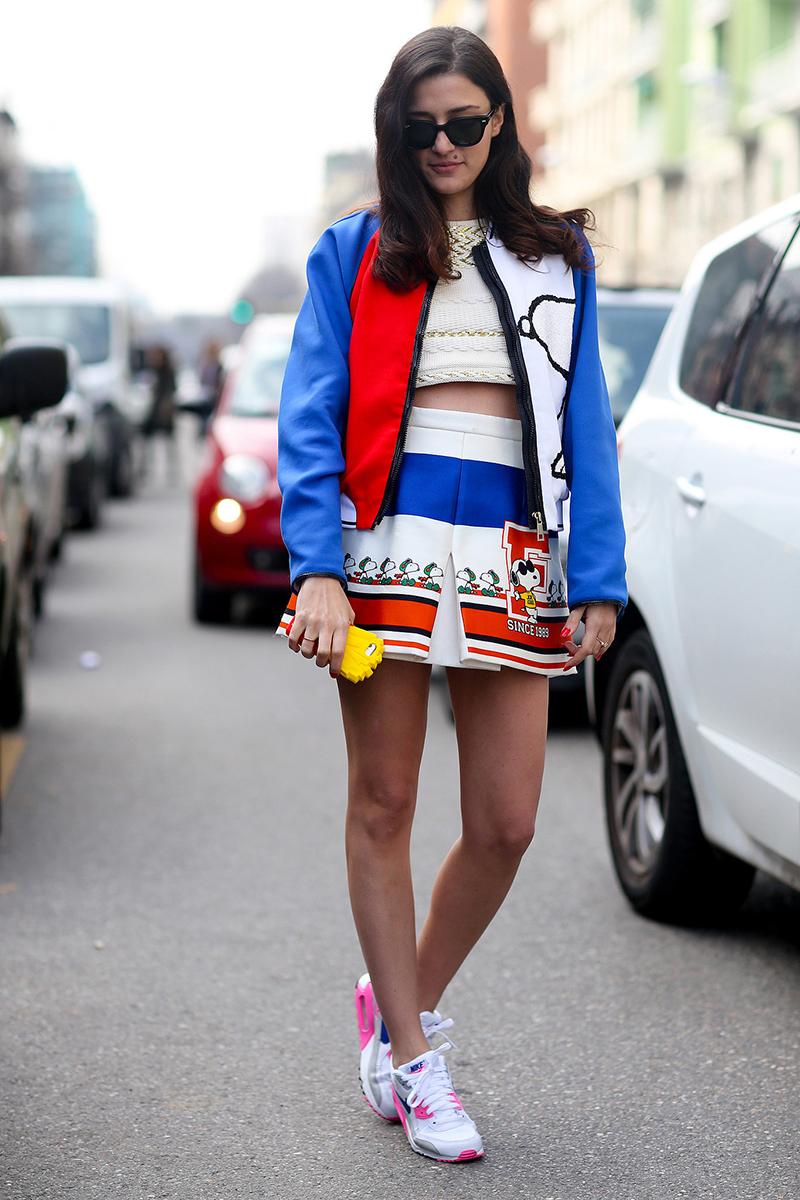 Фото: куртка бомбер с юбкой и кроссовками