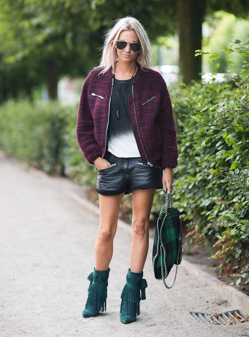 Куртка бомбер с кожаными шортами и полусапогами