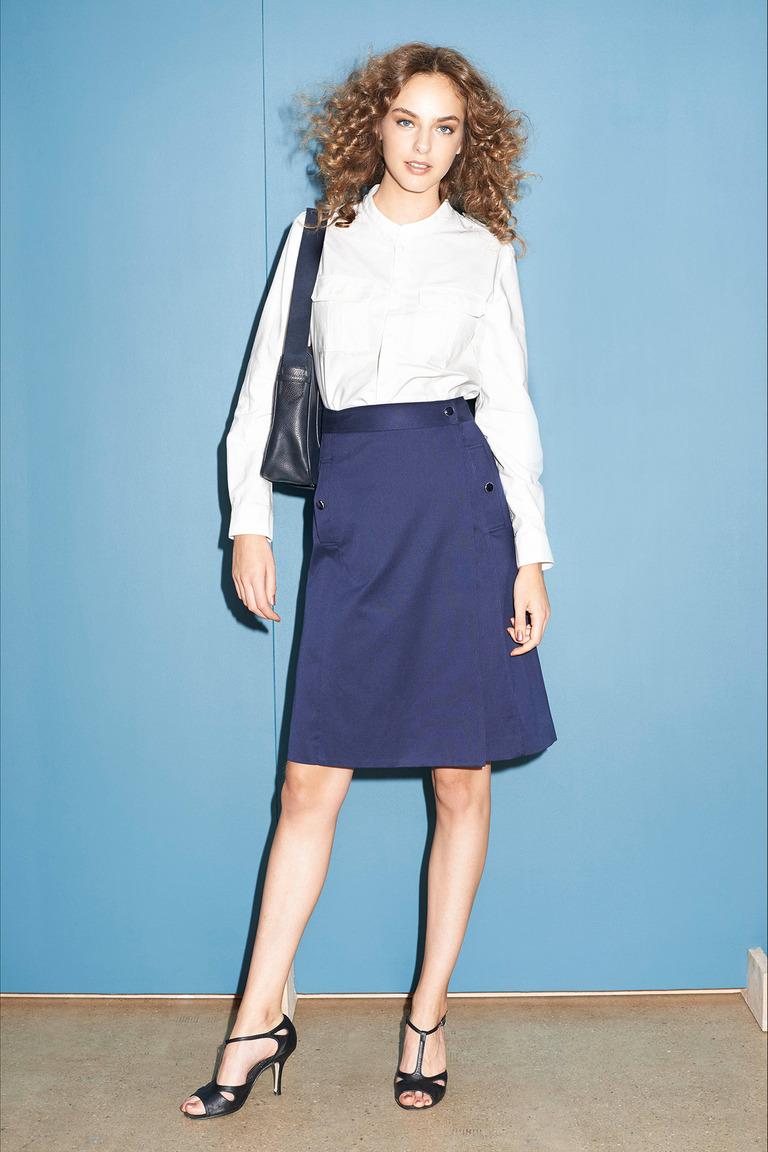 Новинка сезона: синяя модная юбка трапеция с белой классической рубашкой A.P.C.