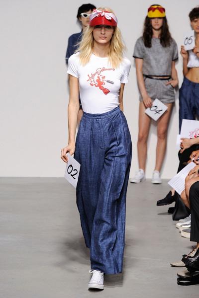 Белая футболка с джинсами Adam Selman мода 2015