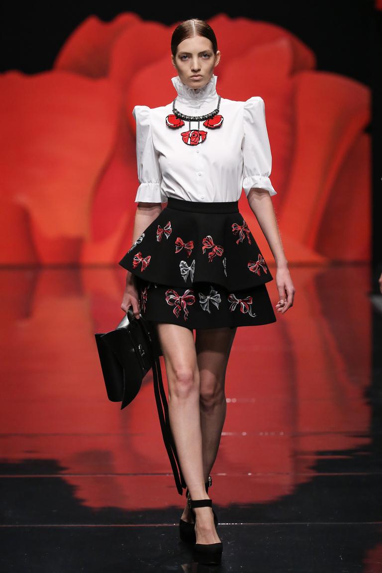 Модная белая блузка весна-лето – блузка с рукавом фонарик и воротом под горло – фото новинка от Alexander Arutyunov