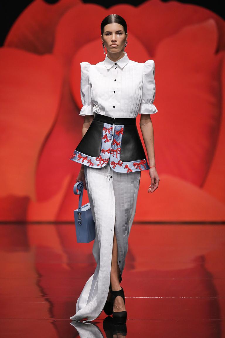Белая модная блузка весна-лето для офиса с длинной юбкой до пола – фото новинка в коллекции Alexander-Arutyunov