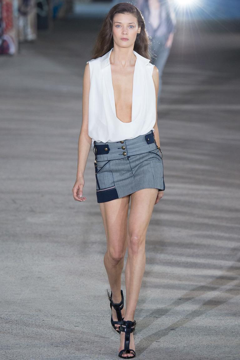 Модная мини юбка весна-лето с белой блузкой — фото новинка от Anthony Vaccarello