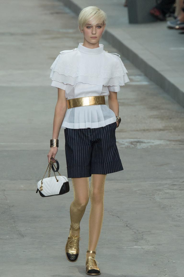 Белая блузка с золотым ремнем — фото новинка в коллекции Chanel