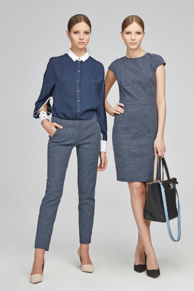 Модная синяя рубашка весна лето с белыми манжетами и классическими брюками Kira Plastinina – идеальное решение для офисного стиля.
