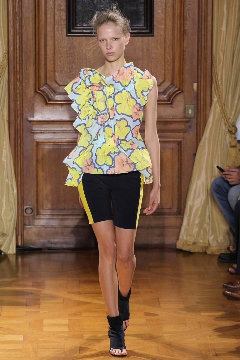 Модная блузка весна лето с цветочным принтом и шортами – фото новинка от Viktor & Rolf
