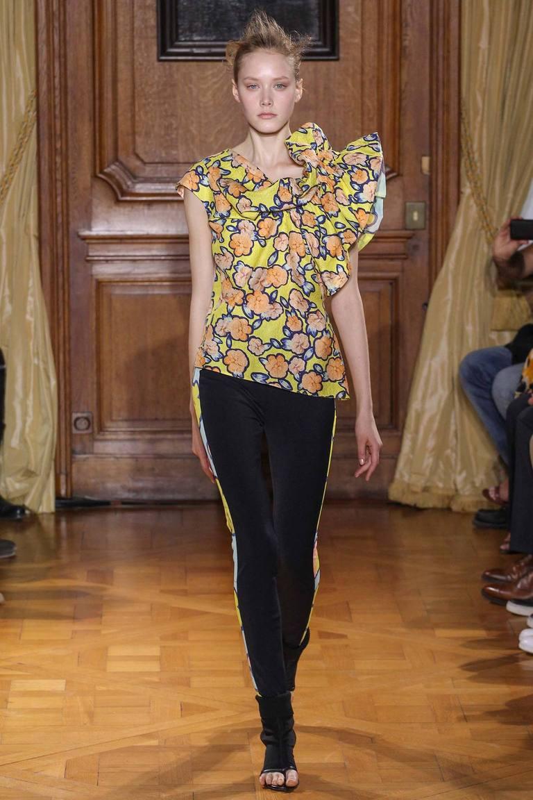 Асимметричная модная блузка весна лето с цветочным принтом – фото новинка от Viktor & Rolf
