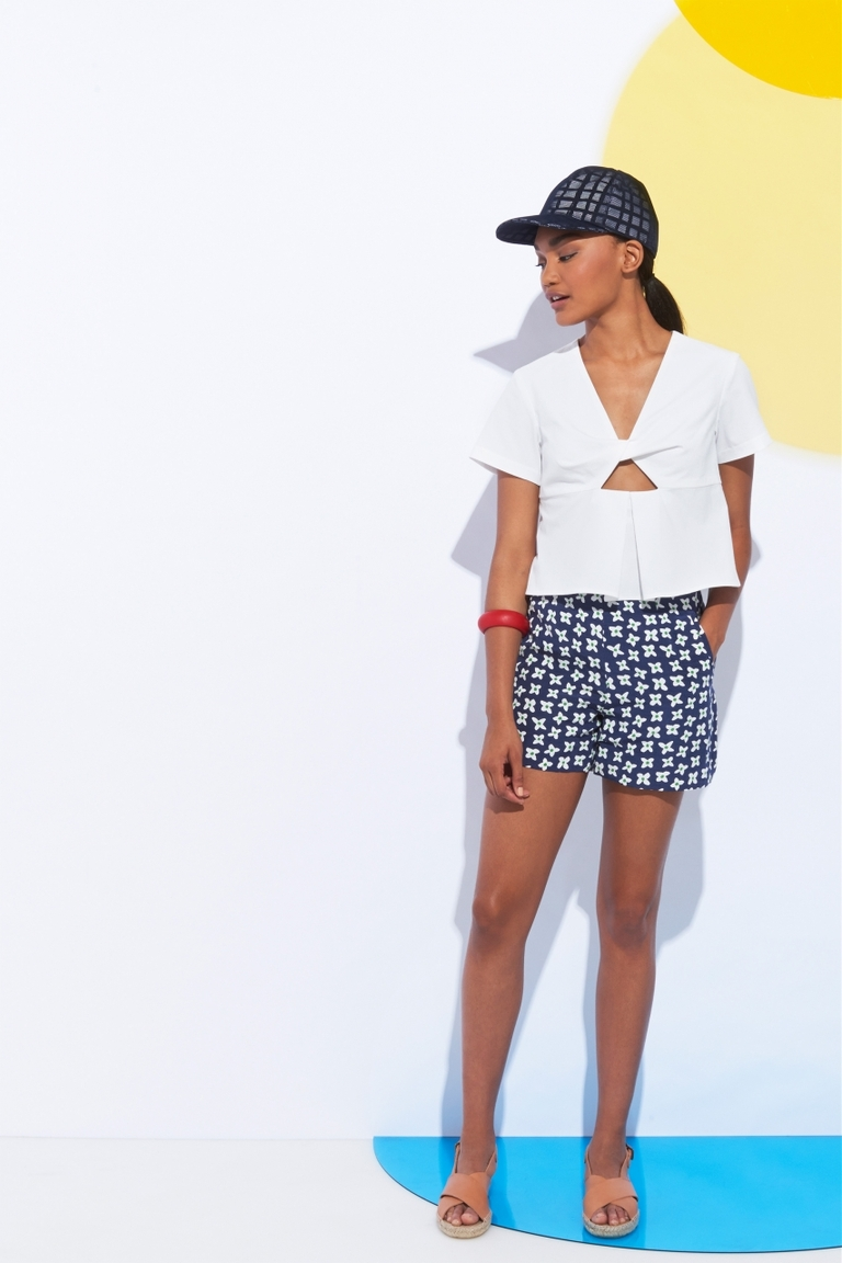 Белая модная блузка весна лето с отделкой в виде банта – фото новинка в коллекции Whit