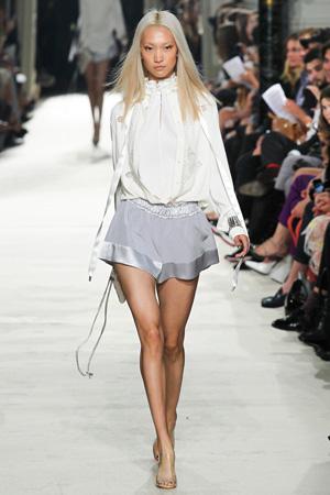 Фото: модные серые широкие шорты весна лето 2015 с модной блузкой - Alexis Mabille