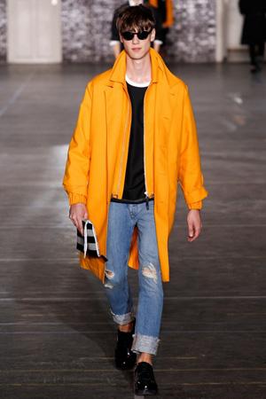 Мужская мода 2015: ярко-желтый плащ с подвернутыми джинсами – Ami