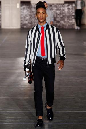 Мужская куртка бомбер в полоску с короткими черными брюками – Ami