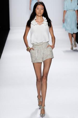 Фото: короткие модные шорты весна лето 2015 с белой блузкой - Badgley Mischka