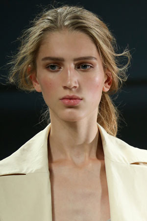 Модная прическа хвост весна лето 2015 – Bottega Veneta
