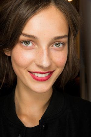 Акцент на яркие губы в макияже весна лето 2015 – Burberry Prorsum