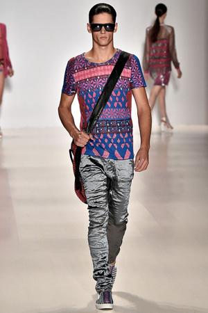 Мужская мода 2015 – кофта с геометрическим принтом и блестящие брюки – Custo Barcelona
