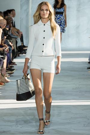 Белые короткие модные шорты весна лето 2015 с белым трикотажным кардиганом - Diane von Furstenberg