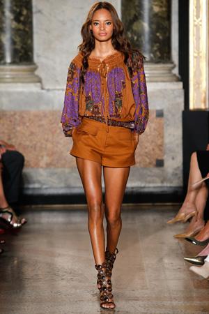 На фото: коричневые модные шорты весна лето 2015 - Emilio Pucci