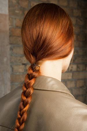 Модная прическа с косой весна лето 2015 – Erdem