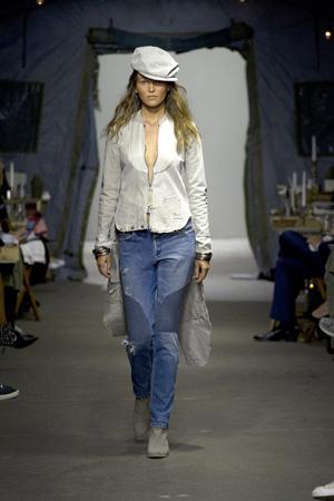 Модные джинсы весна лето 2015 в стиле кэжуал в сочетании в пиджаком со шлейфом - Greg Lauren