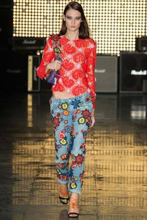 Яркие модные джинсы весна лето 2015, украшенные цветами с красной кофтой - House of Holland