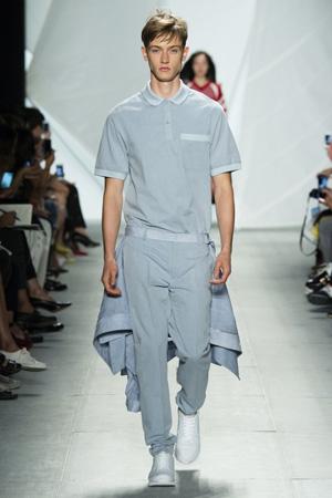 Классические мужские брюки с накидкой в виде шлейфа и футболкой поло – Lacoste