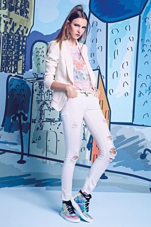 Рваные модные джинсы весна лето 2015 с белым пиджаком - Patrizia Pepe
