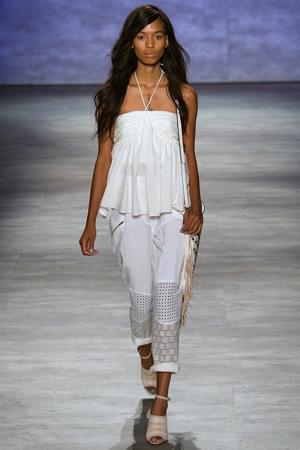 Белая модная футболка весна лето 2015 с укороченными белыми брюками свободного кроя – Rebecca Minkoff