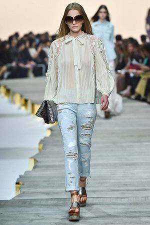 Фото: модные рваные джинсы с блузкой весна лето 2015 Roberto Cavalli