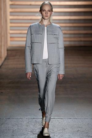 Модная серая стеганная куртка весна лето 2015 с серыми брюками – Tibi