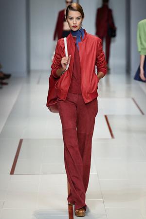 Красная модная куртка бомбер весна лето 2015 с бордовыми брюками и кофтой – Trussardi