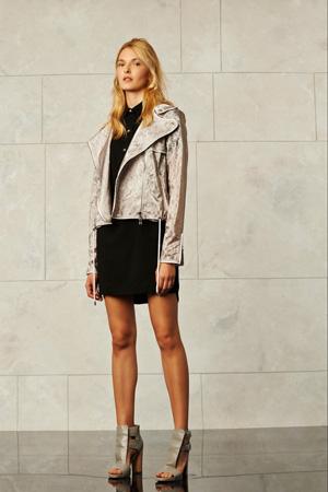 На фото: модная куртка золотистого цвета весна-лето 2015 с короткой юбкой – Veronica Beard