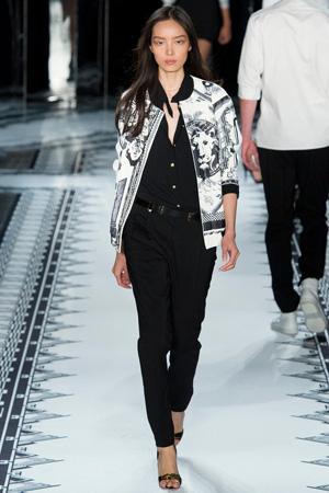 На фото: модная куртка весна лето 2015 с черно-белым узором – Versus