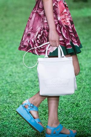 Голубые модные босоножки 2015 с платьем с цветочным принтом и модной белой сумкой - Alena Akhmadullina