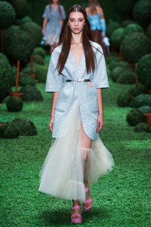 Голубой модный пиджак с поясом и модной пышной юбкой 2015 Alena Akhmadullina