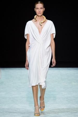 Бежевое модное платье весна лето 2015 Angelos Bratis