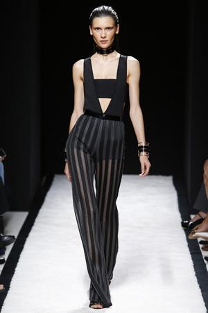 Длинные полосатые модные брюки 2015 с топом с глубоким вырезом – фото Balmain весна лето 2015