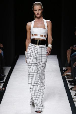 Расклешенные брюки в клетку с широким ремнем и коротким модным топом 2015 – фото Balmain весна лето 2015