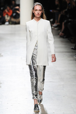 Белый классический пиджак с серебристыми брюками и ботинками – Barbara Bui весна лето 2015