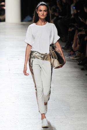Белая футболка с золотистыми брюками и модной сумкой весна лето 2015 Barbara Bui