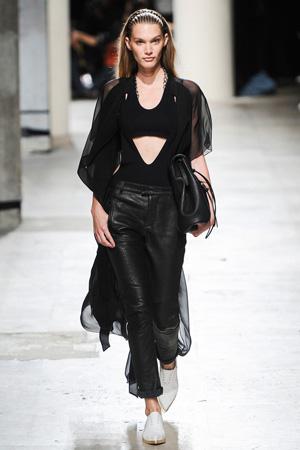 Черные кожаные брюки с накидкой с вырезом на поясе, как в коллекции Balmain весна лето 2015