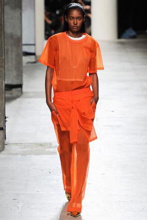 Оранжевые брюки с рубашкой – фото Barbara Bui весна лето 2015