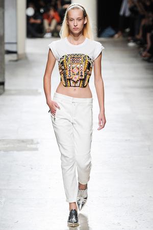Укороченные брюки и короткая модная футболка 2015 Barbara Bui