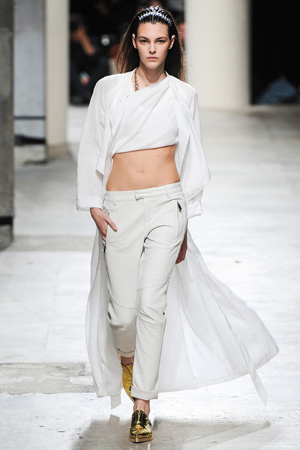 Белые брюки с длинным белым кардиганом – фото мода весна лето 2015 Barbara Bui