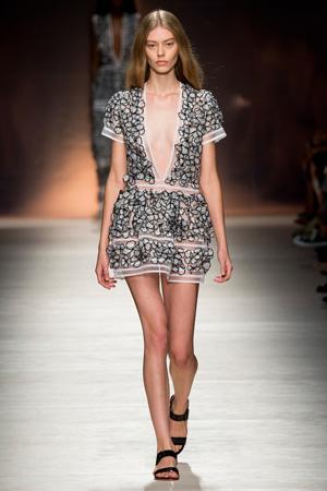Короткое платье с глубоким V-образным вырезом – фото Blumarine весна лето 2015
