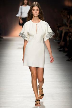 Светлое скромное платье в коллекции Blumarine весна лето 2015
