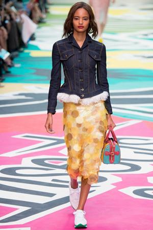 Джинсовка с желтой длинной модной юбкой 2015 носят с кроссовками – Burberry Prorsum весна лето 2015