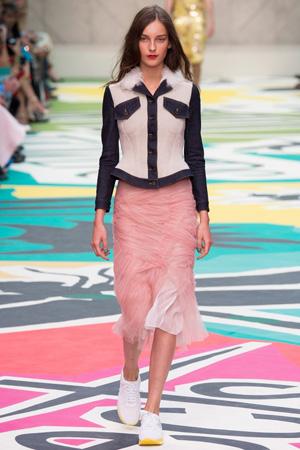 Розовая длинная юбка с кроссовками и коротким жакетом Burberry Prorsum фото 2015