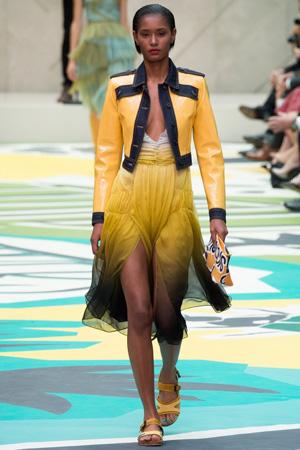 Желтое вечернее платье с желтой модной кожаной курткой 2015 Burberry Prorsum