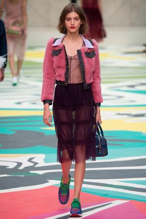 Прозрачная юбка и блузка с меховой курточкой – фото Burberry Prorsum весна лето 2015