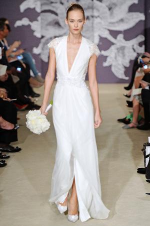 Длинное свадебное платье Carolina Herrera весна лето 2015 с глубоким вырезом